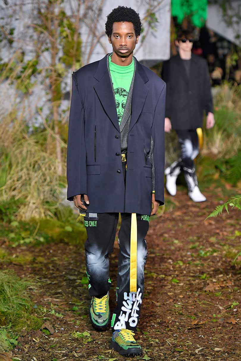 Virgil Abloh regresa a los tiempos de la TV y la corbata con Off White